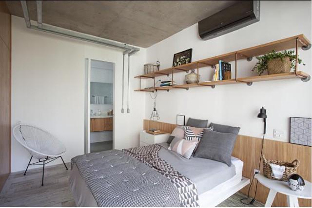 Một chiếc kệ dài nơi phòng ngủ dùng là góc để đồ trang trí và cây xanh là điểm nhấn cho không gian này.