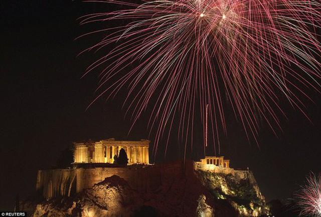 Pháo hoa phía trên ngôi đền Parthenon, Hy Lạp. Ảnh: REUTERS
