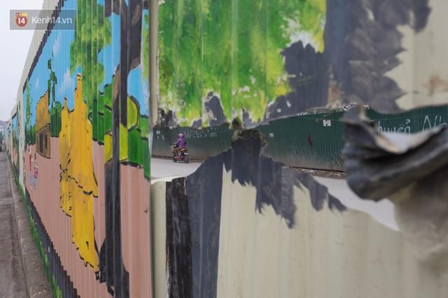 Nhiều người dân sống gần khu vực cho hay, sở dĩ có bức bích họa khổng lồ này là để ngăn cách 2 con đường trên trục đường Hồ Tùng Mậu dẫn vào một khu đô thị.