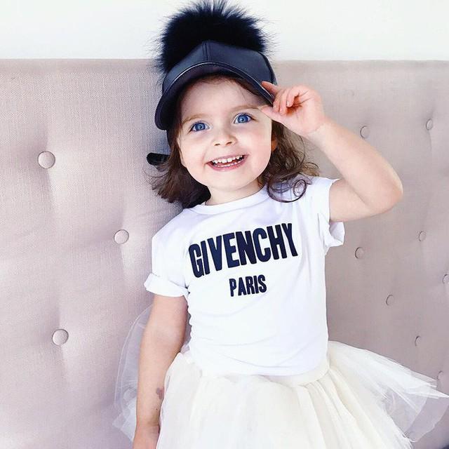 Áo Givenchy và mũ từ thương hiệu MBD của chính cô bé.
