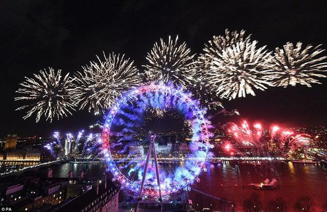 London bắn pháo hoa chào năm mới. Ảnh: PA
