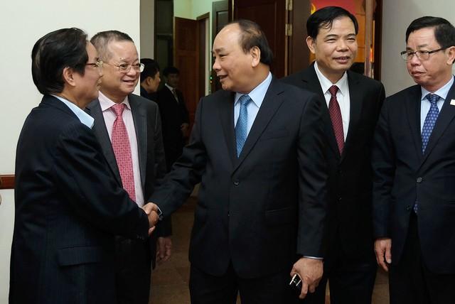 Thủ tướng trò chuyện với các đại biểu dự Hội nghị. Ảnh: VGP/Quang Hiếu