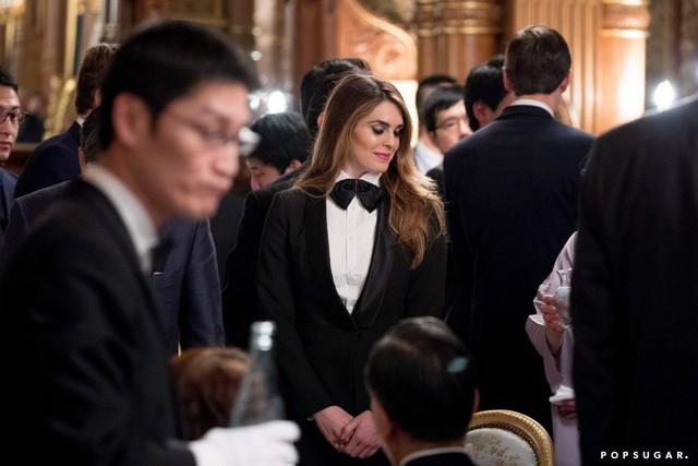 Nữ giám đốc truyền thông Hope Hicks xinh đẹp trong trang phục tuxedo vốn chỉ dùng cho nam giới.