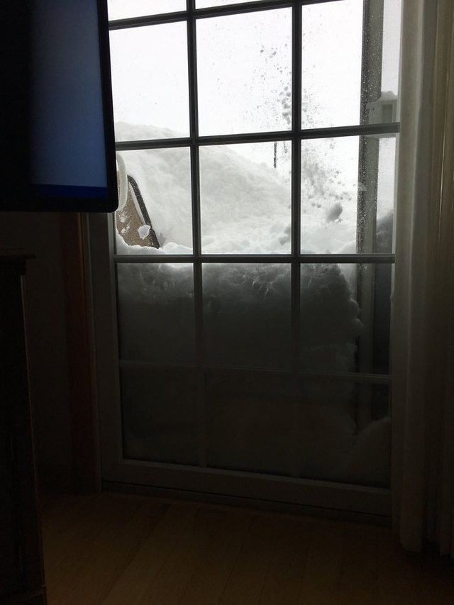 Một cửa sổ nhà dân bị tuyết lấp kín.