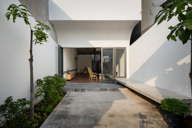 Toàn bộ ngôi nhà được sơn một màu trắng muốt tươi mới, sạch sẽ cùng nội thất bằng gỗ mộc làm chủ đạo.