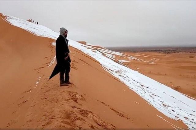 Hiện tượng tuyết rơi tại sa mạc Sahara khiến nhiều người chú ý. Ảnh: Reuters