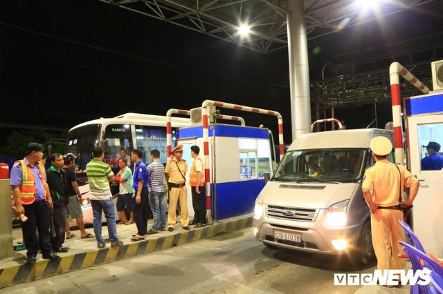 Tài xế cố thủ 2 tiếng tại trạm, BOT T2 Cần Thơ - An Giang quyết không xả cửa - Ảnh 2.