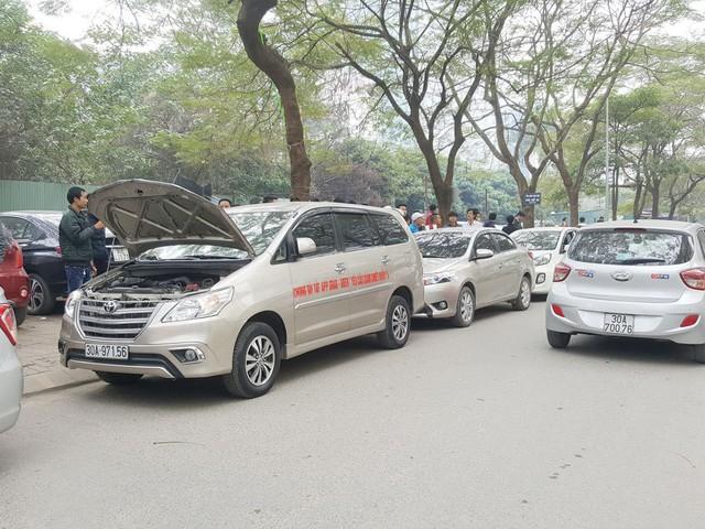 Hàng trăm xe ô tô tuần hành trên đường phố Hà Nội đòi Grab giảm tỷ lệ ăn chia - Ảnh 2.