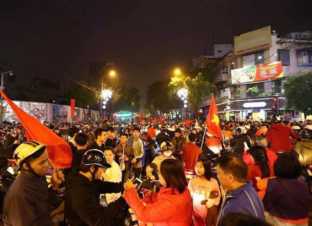 Việt Nam thắng, ai ai cũng muốn đổ ngay ra đường để ăn mừng - có lý giải khoa học cả đấy! - Ảnh 3.