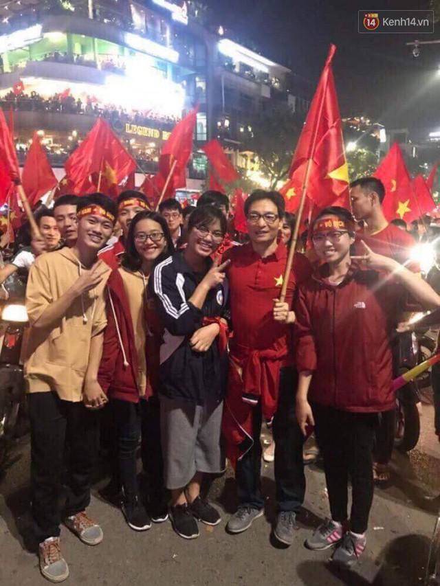 Phó Thủ tướng Vũ Đức Đam hoà vào dòng người chúc mừng đội tuyển U23 Việt Nam giành vé vào chung kết - Ảnh 3.