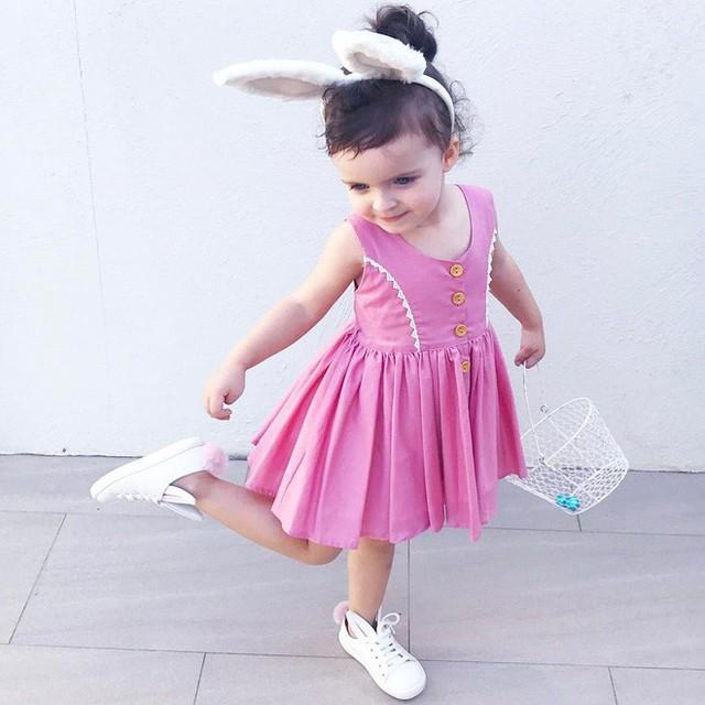 Một chiếc váy từ Lacey Lane và một đôi giày thỏ của Alex and Alexa.