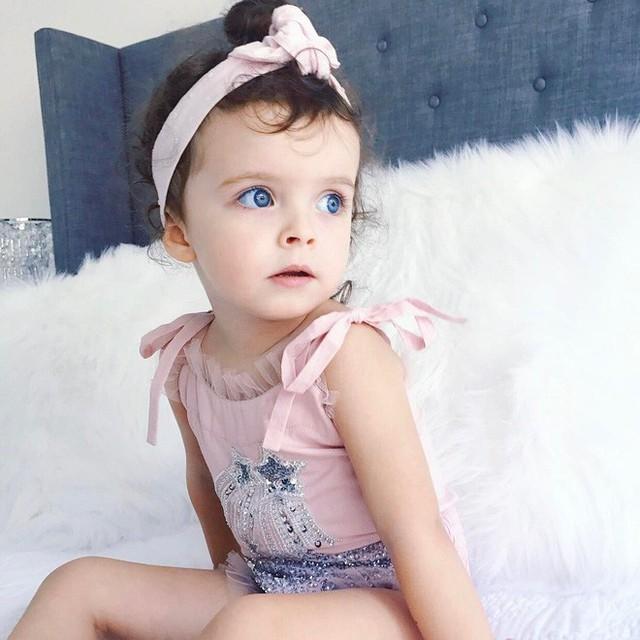 Cô bé có đôi mắt xanh tuyệt đẹp và gương mặt xinh xắn tựa thiên thần.