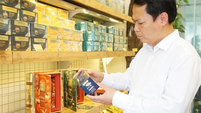 Ông Nguyễn Hồng Anh - thành viên HĐQT GTNfoods tại Tea Mart của Vinatea ở 46 Tăng Bạt Hổ cùng các sản phẩm trà thương hiệu.
