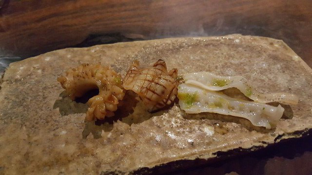 Đây là món mực tươi nướng được rưới nước sốt và đặt trên một loại bánh kếp giòn nhưng Hoptail không hợp với món này lắm.