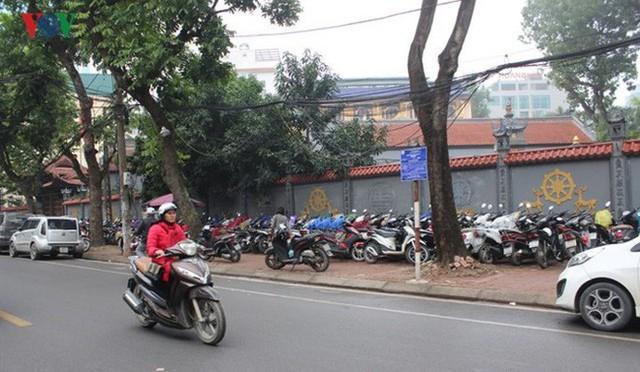 Điểm đỗ xe phố Lê Đại Hành đối diện Bộ Xây dựng trước kia lúc nào cũng kín thì nay cũng trống vắng.