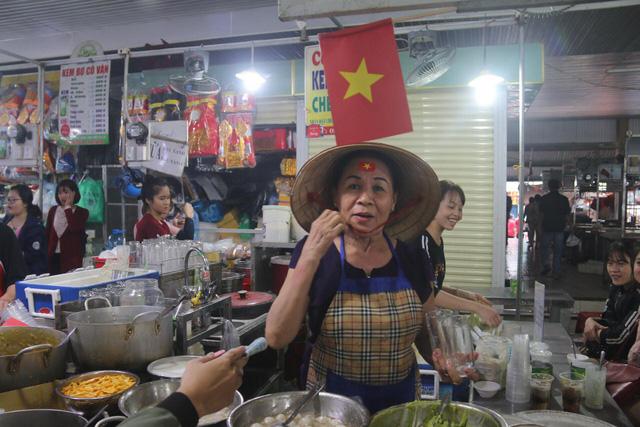 Tiểu thương Đà Nẵng treo quốc kỳ khắp chợ, nghỉ bán sớm để cổ vũ cho đội tuyển U23 Việt Nam - Ảnh 4.