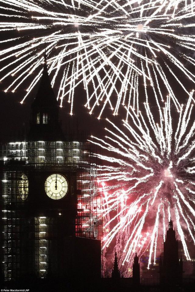 Hơn 10.000 quả pháo hoa thắp sáng bầu trời trong màn trình diễn kéo dài 12 phút. Ảnh: LNP
