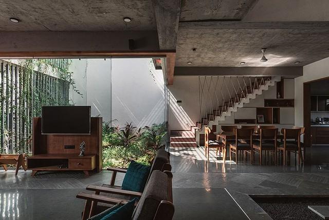 Nội thất trong nhà được trang trí đơn giản với chất liệu chủ yếu là gỗ tự nhiên mang lại không gian thân thiện và ấm cúng cho khách vào nhà.