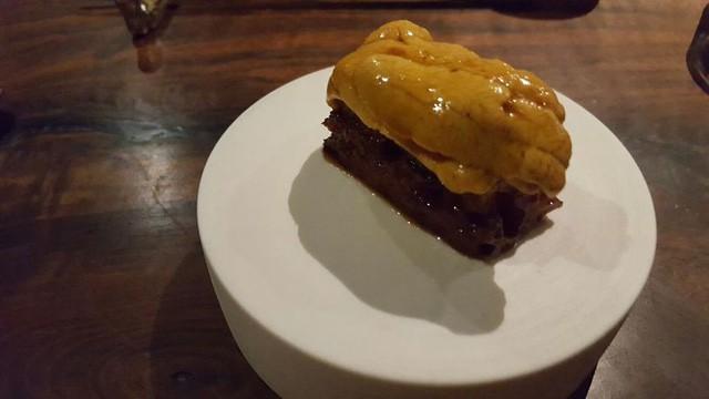 Nhím biển tươi đặt lên miếng bánh mỳ đã được nướng cùng với một loại sốt đặc biệt khiến Hoptail có cảm giác như là một loại bơ của biển ăn kèm với bánh mỳ.