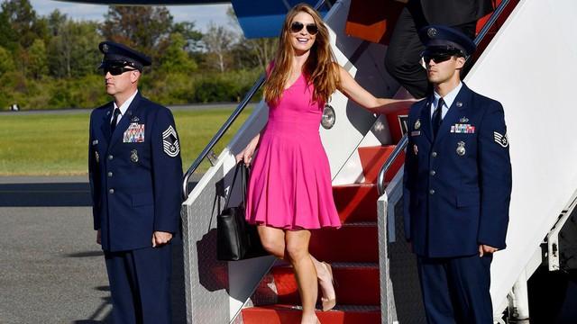 Dù là một chính khách, Hope vẫn không ngại khoác lên mình những trang phục màu nổi chói lọi nhưng đẹp mắt như thế này.