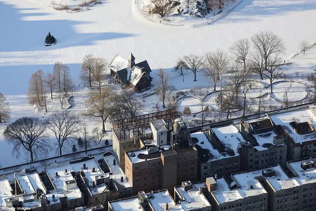 Khu Harlem Meer cạnh Công viên Trung Tâm ngập trong tuyết trắng.