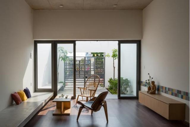 Để vào ngôi nhà này khách sẽ phải đi qua một khu vườn nhỏ tràn ngập cây xanh. Toàn bộ cửa ra vào được làm bằng kính trong suốt tạo không gian thông thoáng cho khắp không gian.