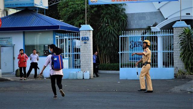 Nhiều người Sài Gòn không biết đi bộ sai luật có thể bị phạt tù đến 15 năm - Ảnh 5.