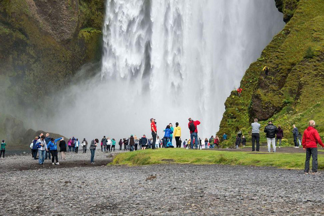 Đám đông du khách trước thác Skogar, Iceland.