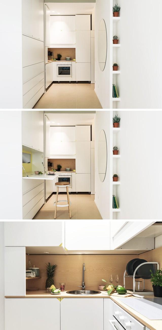 Khu vệ sinh cũng được giấu gọn sau một bức vách sáng màu nơi bếp nấu. Với cách bố trí thông minh này cùng với việc sử dụng tông màu trắng chủ đạo giúp căn hộ trở nên rộng thoáng hơn nhiều so với diện tích thực.