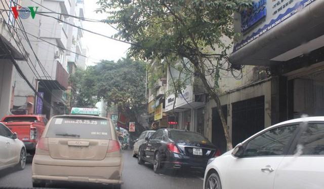 Chiều 3/1, nhóm phóng viên gửi xe trên phố Bùi Thị Xuân (đoạn sau Bệnh viện Mắt) được chỉ dẫn đỗ xe bên phải đường, thu 30.000đ/xe, không vé.