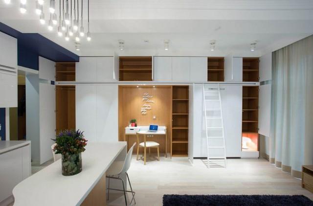 Chiếc tủ được phân làm vô số ngăn lớn nhỏ thỏa mãn đầy đủ nhu cầu cất trữ đồ đạc cho chủ nhà.