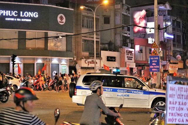 TPHCM: Cảnh sát căng mình trước bão người ăn mừng chiến thắng - Ảnh 6.