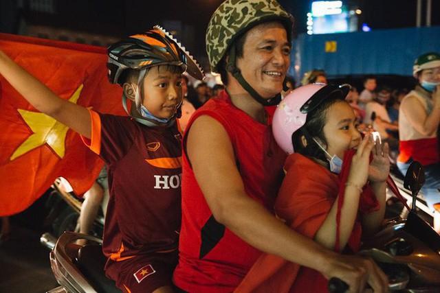 Việt Nam thắng, ai ai cũng muốn đổ ngay ra đường để ăn mừng - có lý giải khoa học cả đấy! - Ảnh 6.