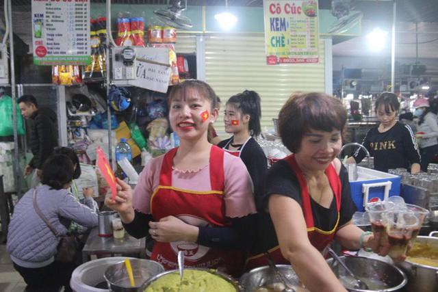 Tiểu thương Đà Nẵng treo quốc kỳ khắp chợ, nghỉ bán sớm để cổ vũ cho đội tuyển U23 Việt Nam - Ảnh 6.
