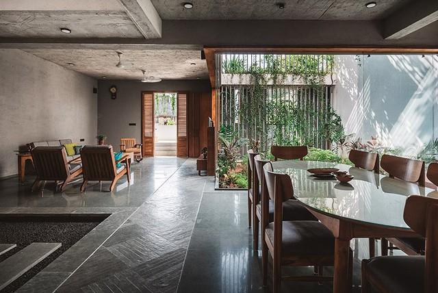 Bước vào bên trong là không gian dành cho khu vực bếp và bàn ăn. Bộ bàn ăn lớn đủ chỗ cho cả đại gia đình tuyệt đẹp và thoáng sáng cạnh giếng trời.