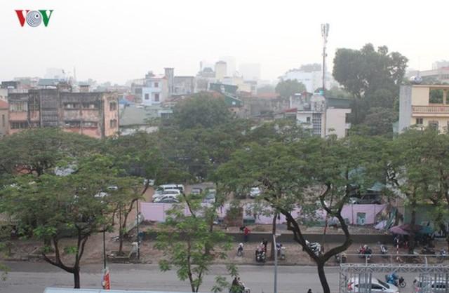 Bãi đỗ xe trên phố Lý Thường Kiệt là một khu đất trống của một dự án chưa triển khai.