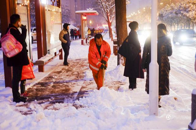 Luôn có một đội ngũ dọn tuyết ở các thành phố ở Trung Quốc do tuyết rơi quá nhiều làm ảnh hưởng đến hoạt động của người dân.