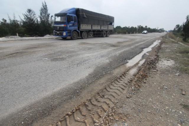 Nhiều xe có trọng tải lớn lưu thông khiến đường càng hư hỏng nặng.