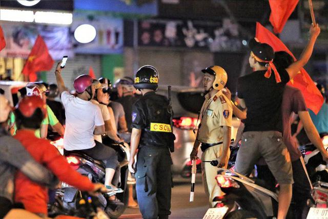 TPHCM: Cảnh sát căng mình trước bão người ăn mừng chiến thắng - Ảnh 7.