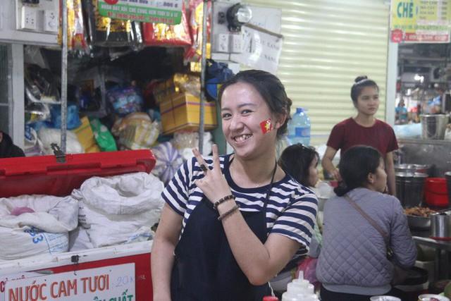 Tiểu thương Đà Nẵng treo quốc kỳ khắp chợ, nghỉ bán sớm để cổ vũ cho đội tuyển U23 Việt Nam - Ảnh 7.