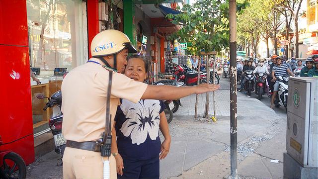 Nhiều người Sài Gòn không biết đi bộ sai luật có thể bị phạt tù đến 15 năm - Ảnh 8.
