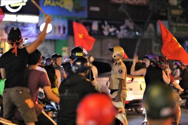 TPHCM: Cảnh sát căng mình trước bão người ăn mừng chiến thắng - Ảnh 8.