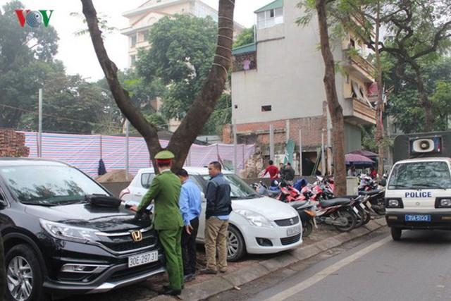 Đỗ xe trên vỉa hè phố Lý Thường Kiệt bị Công an phường Hàng Bài xử phạt vi phạm hành chính.