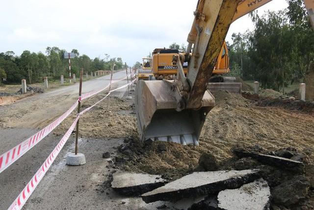Nhà thầu buộc phải đào lên một đoạn đường để làm lại.