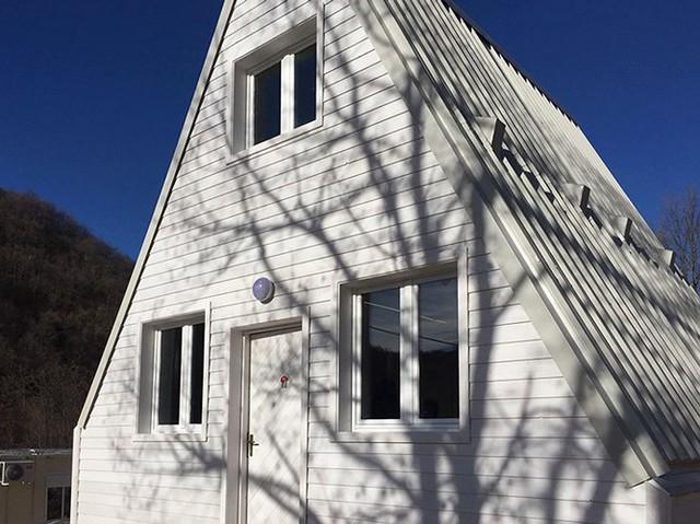 Những tấm pin năng lượng mặt trời được đặt trên mái là nguồn cung cấp năng lượng cho toàn bộ không gian sống bên trong ngôi nhà.