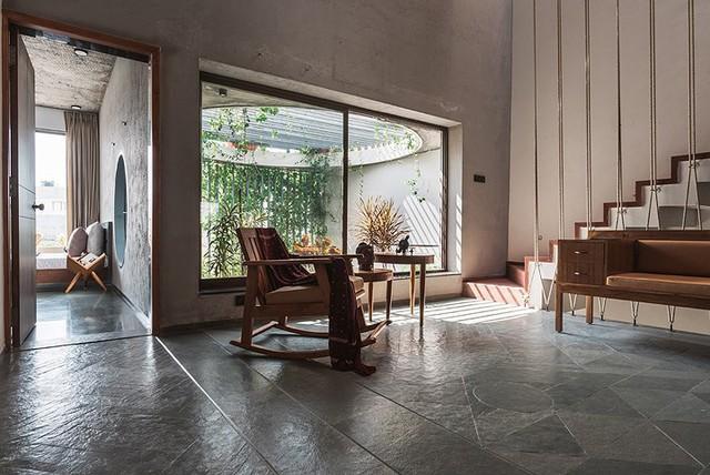 Không gian tầng 2 thoáng sáng được thiết kế với nền và sàn nhà hệt như tầng 1. Bóng đổ từ giếng trời in hình những thanh lam càng tô điểm cho vẻ đẹp yên bình, tĩnh lặng cho ngôi nhà.