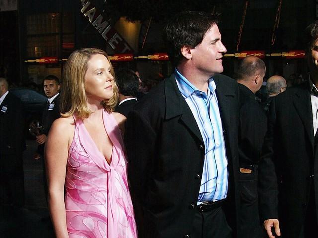 Mark Cuban gặp Tiffany năm 1997 tại một phòng gym. Khi đó, người đàn ông 39 tuổi đang là chủ của Broadcast.com, sau này được Yahoo mua lại năm 1999 với giá 5,7 tỷ USD. Còn Tiffany là một cô gái 27 tuổi, chuyên viên trong lĩnh vực quảng cáo.