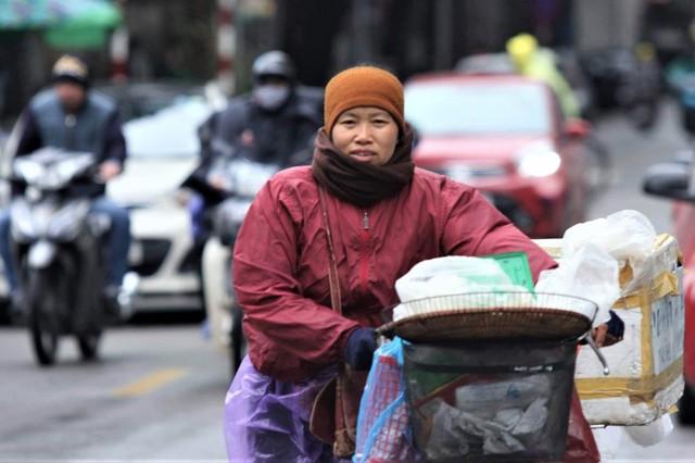 Ảnh: Dân lao động Thủ đô đốt lửa sưởi ấm, mưu sinh trong giá rét kỷ lục - Ảnh 2.