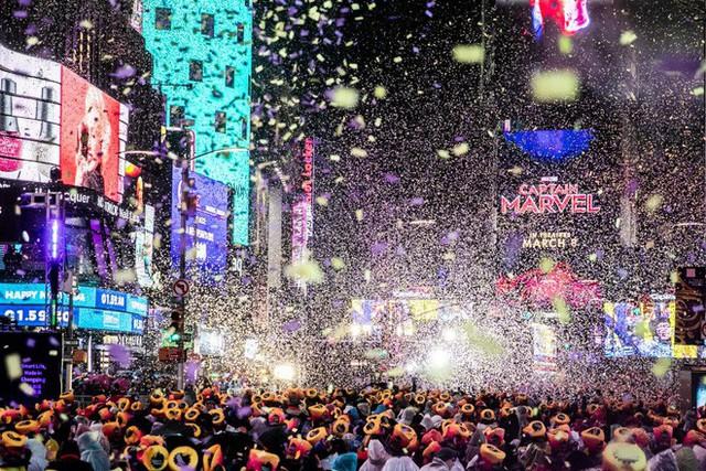 Người Mỹ hân hoan bước sang năm mới 2019, bất chấp cơn mưa nặng hạt ở Quảng trường Thời đại - Ảnh 1.