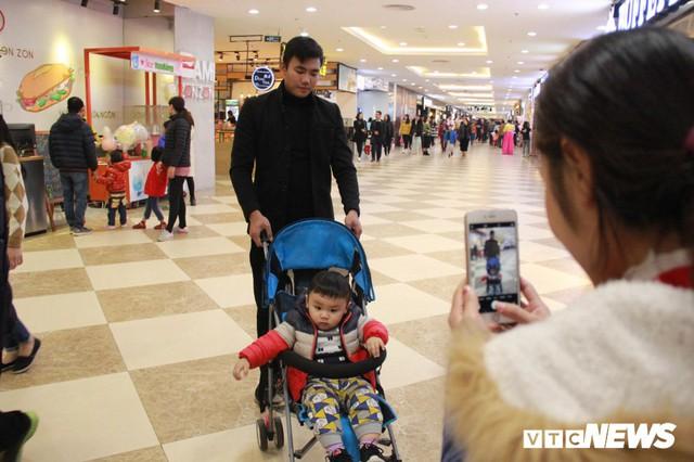 Ảnh: Ngày cuối cùng nghỉ lễ, người dân Thủ đô ùn ùn kéo đến siêu thị trốn rét - Ảnh 3.